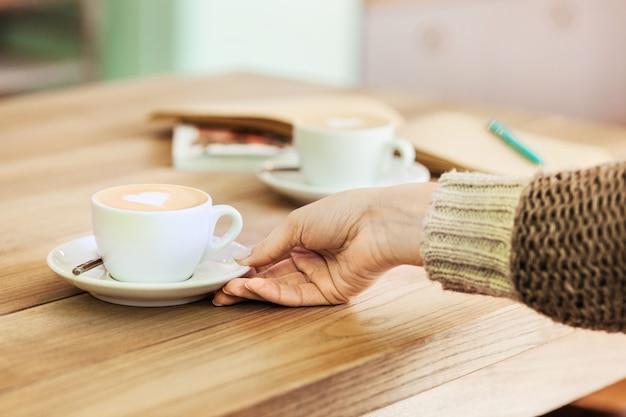 Impostazione della tabella per il caffè sul bancone in un caffè