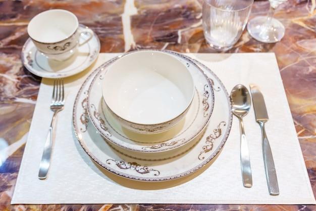 Impostazione della tabella sul tavolo da pranzo in legno a casa