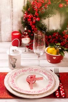 Impostazione della tavola di natale. anno nuovo o concetto di natale. immagine tonica, messa a fuoco selettiva