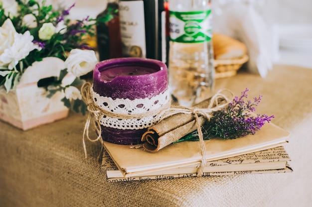 Impostazione della tavola di nozze in stile rustico.