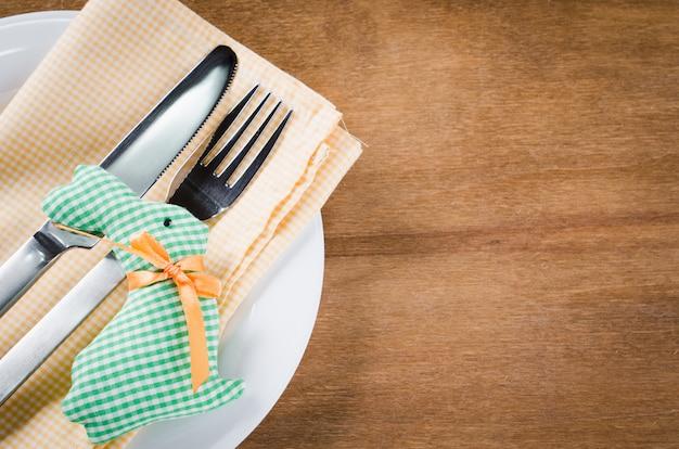 Impostazione della tavola festiva di primavera per la cena di pasqua.