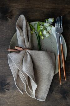 Impostazione della tavola per la cena di pasqua