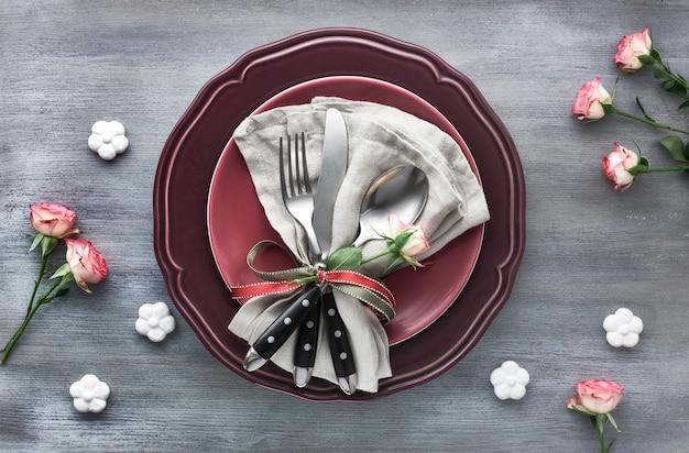 Impostazione della tavola per san valentino, compleanno o anniversario