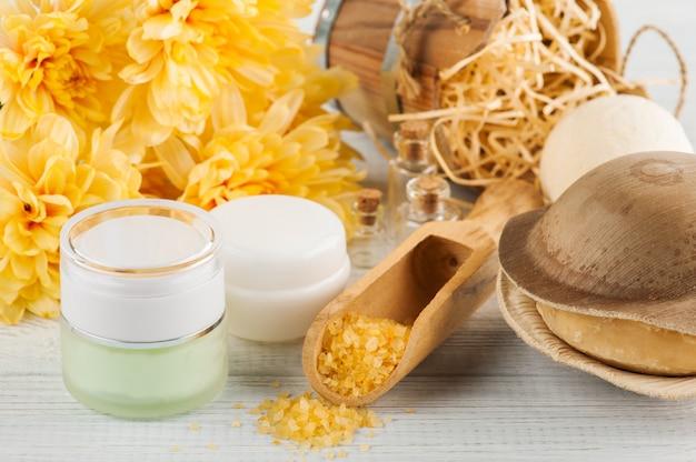 Impostazione spa con fiori gialli margherita, cosmetici