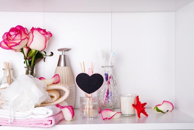 Impostazioni spa con rose. rose fresche e petali di rosa nei trattamenti termali