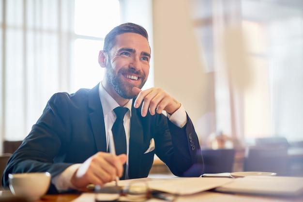 Imprenditore allegro sul posto di lavoro