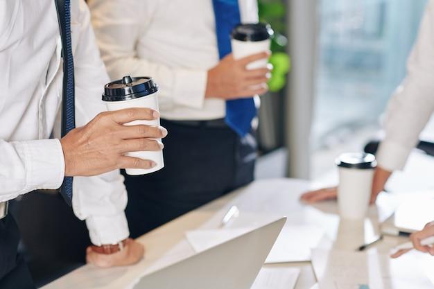 Imprenditore che beve caffè alla riunione