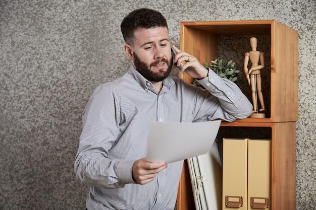 Imprenditore che controlla i dettagli del contratto