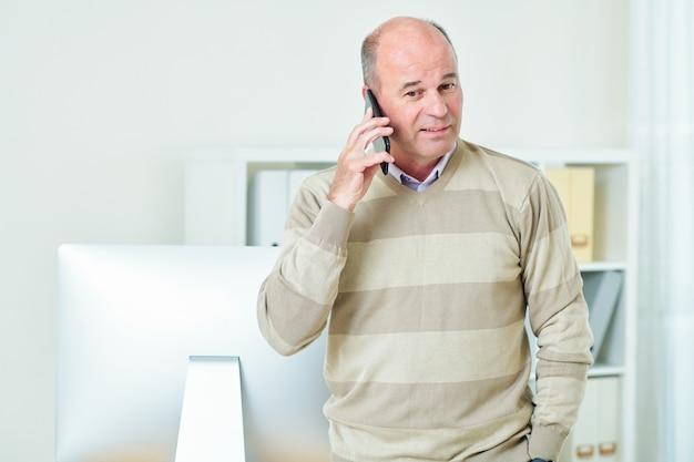 Imprenditore che fa telefonata