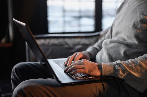 Imprenditore che gode del lavoro a distanza