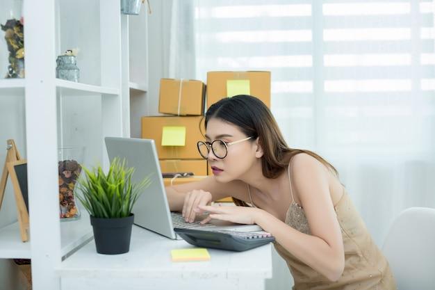 Imprenditore che lavora a casa imballaggi per ufficio