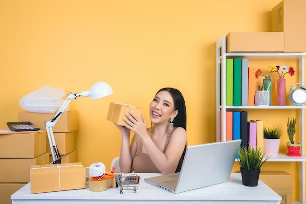 Imprenditore che lavora a casa imballaggi per ufficio.