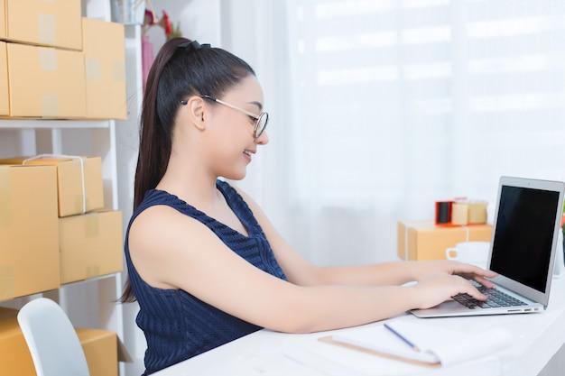 Imprenditore che lavora a casa ufficio