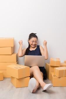 Imprenditore che lavora con scatole