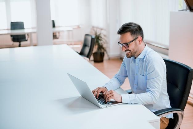 Imprenditore che lavora con un computer portatile in ufficio
