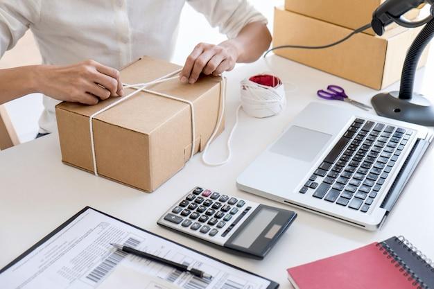 Imprenditore che lavora controllando l'ordine per confermare prima di inviare il cliente nell'ufficio postale