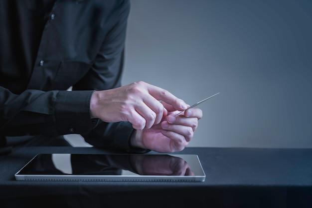 Imprenditore che utilizza l'acquisto di carta di credito o acquista la tavoletta digitale di prodotti online, le attività bancarie su internet o il concetto di tecnologia intelligente online