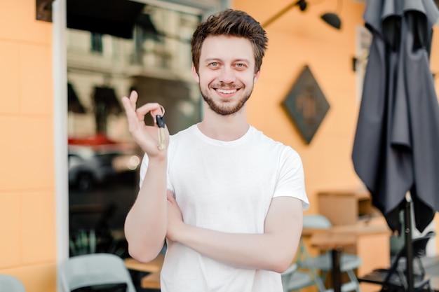 Imprenditore con le chiavi dal sorridere del caffè