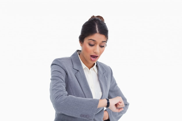 Imprenditore femminile scioccato guardando il suo orologio