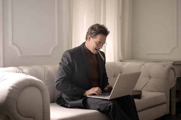 Imprenditore fiducioso con un computer portatile