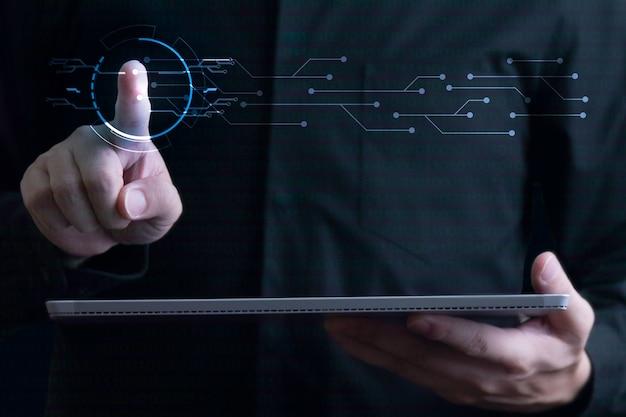Imprenditore gesticolando e trasferimento di dati con tavoletta digitale