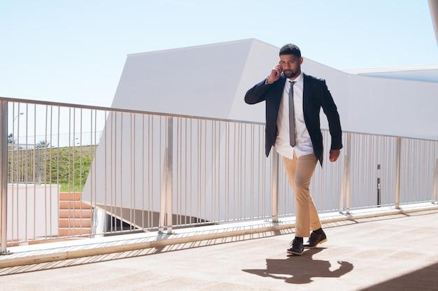 Imprenditore impegnato di successo che corre in ufficio