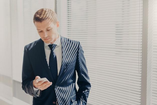 Imprenditore in abito costoso