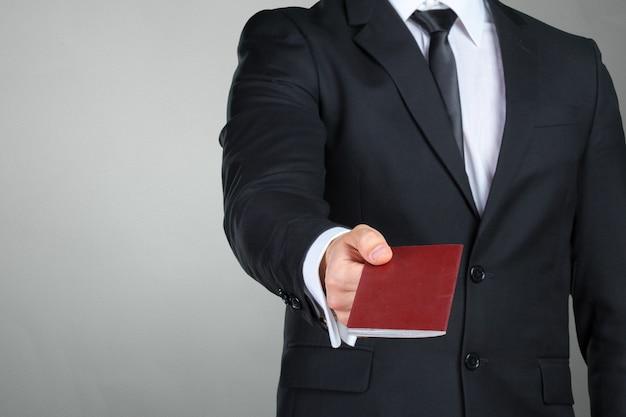Imprenditore in viaggio consegna passaporto