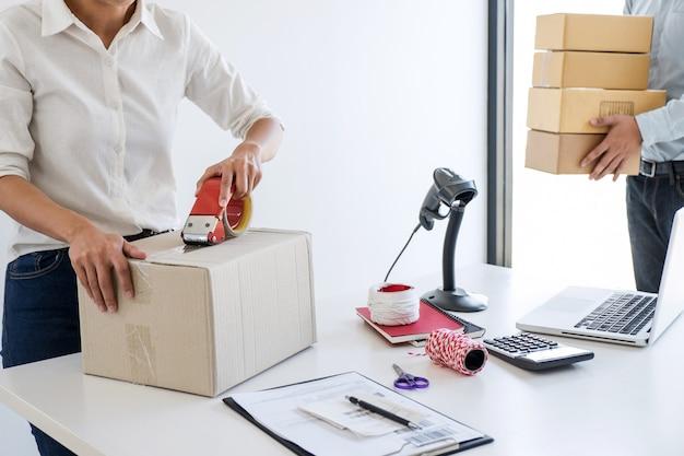 Imprenditore le pmi ricevono il cliente per gli ordini e lavorano con il mercato online della consegna degli imballaggi