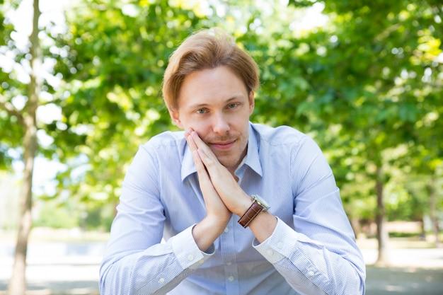 Imprenditore pacifico sorridente che gode della pausa