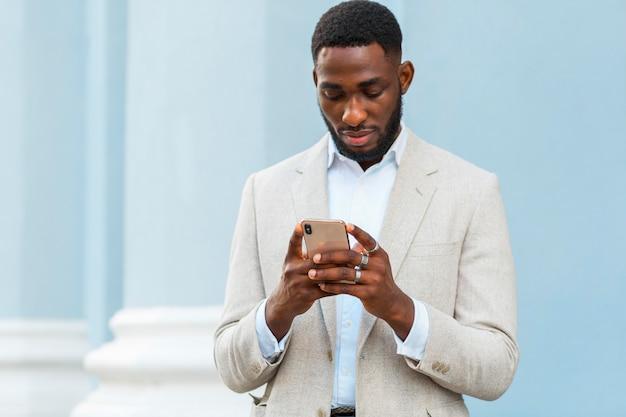 Imprenditore parlando al telefono