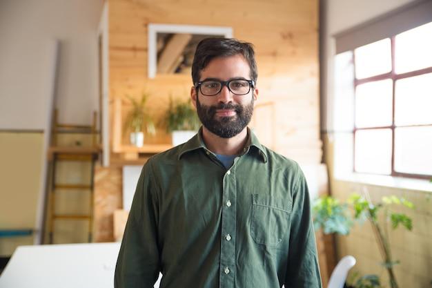 Imprenditore positivo hipster, esperto it, sviluppatore di software