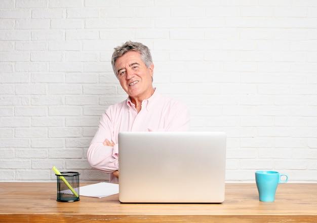 Imprenditore senior ridendo forte con la testa inclinata all'indietro e felice, espressione allegra