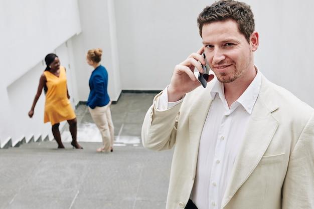 Imprenditore sorridente parlando al telefono