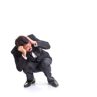 Imprenditore spaventato su sfondo bianco isolato