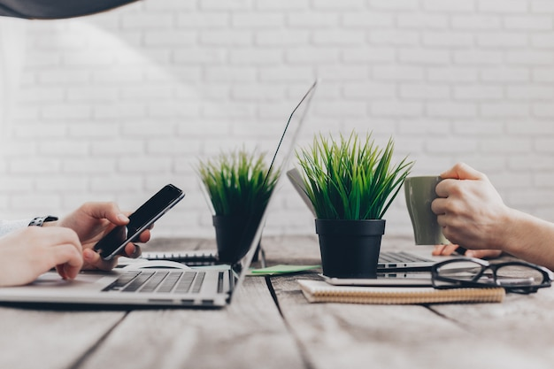 Imprenditori che lavorano sui loro computer. la vista dall'alto