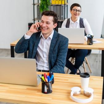 Imprenditori che si godono il lavoro in ufficio