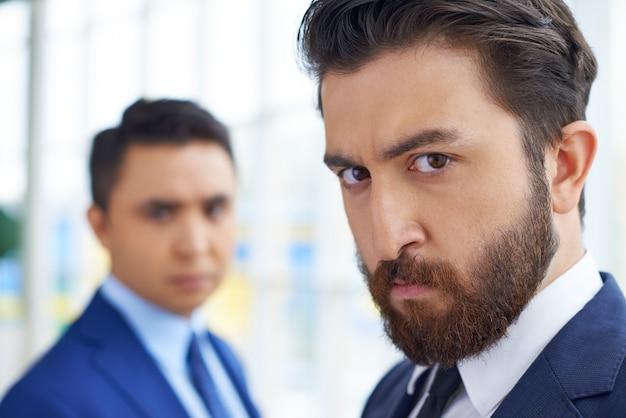 Imprenditori gravi in ufficio close-up