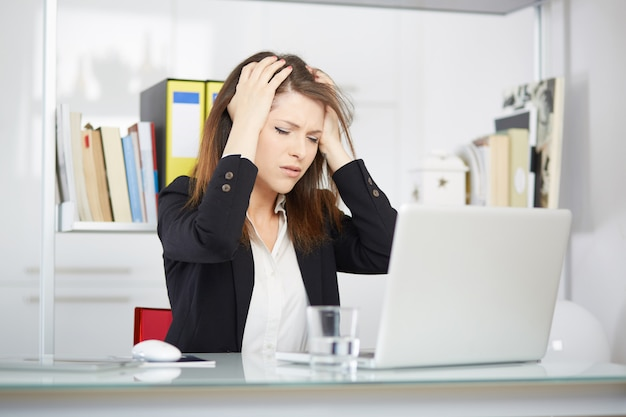 Imprenditrice arrabbiata in ufficio