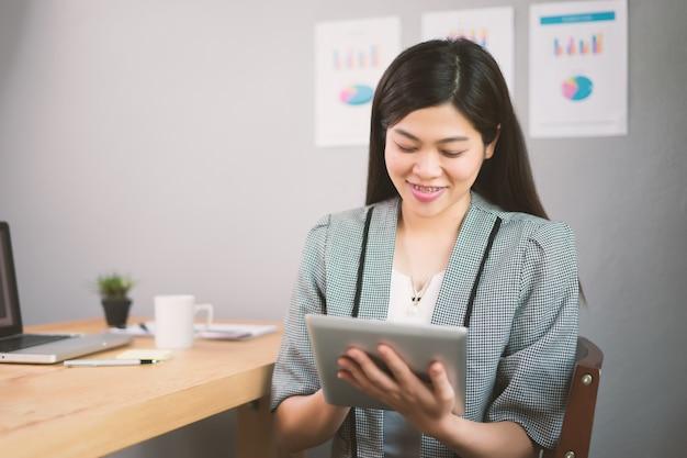Imprenditrice che lavora con dispositivi moderni, ragazza studente utilizzando il computer tablet digitale