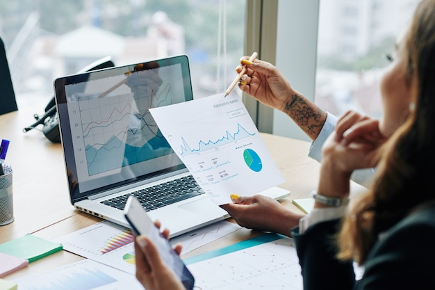 Imprenditrice che mostra le statistiche finanziarie