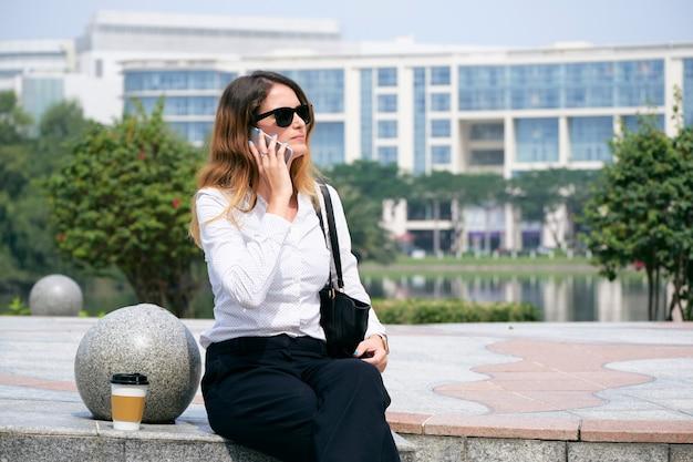 Imprenditrice chiamando il telefono