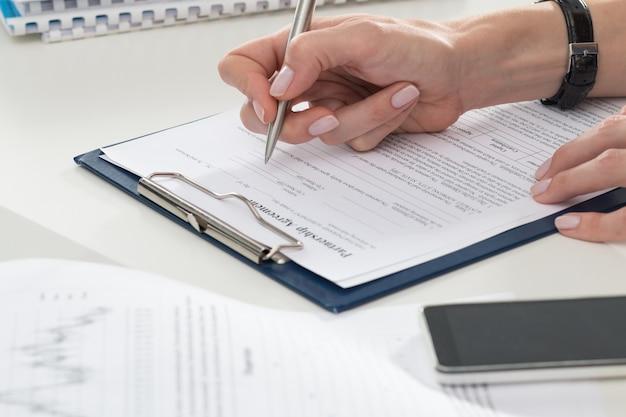 Imprenditrice compilando il modulo di accordo di partenariato