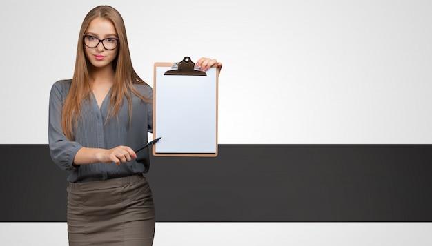 Imprenditrice con alcuni documenti