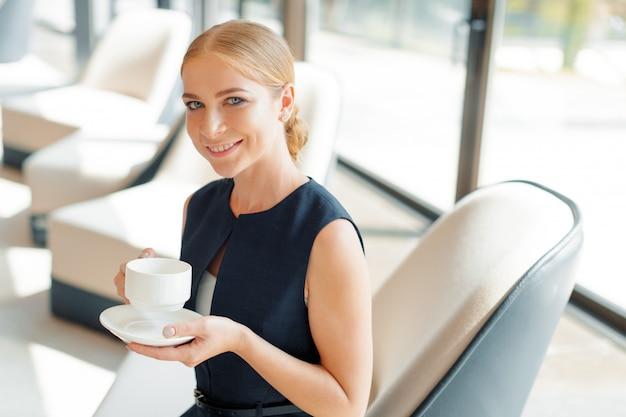 Imprenditrice con caffè o tazza di tè