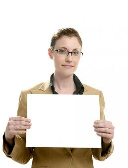 Imprenditrice con cartello bianco nelle mani