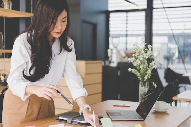 Imprenditrice con documento. donna startup che lavora con il rapporto di affari