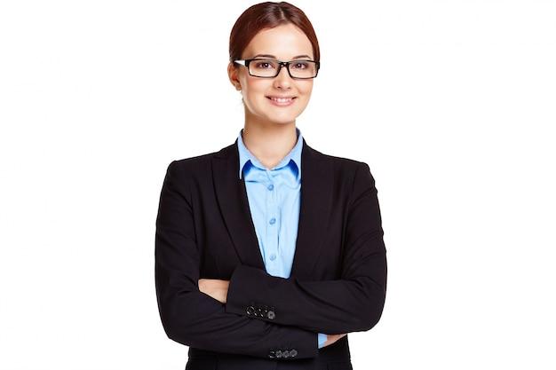 Imprenditrice con gli occhiali e le braccia incrociate