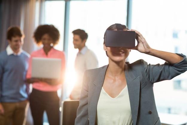 Imprenditrice con gli occhiali virtuali