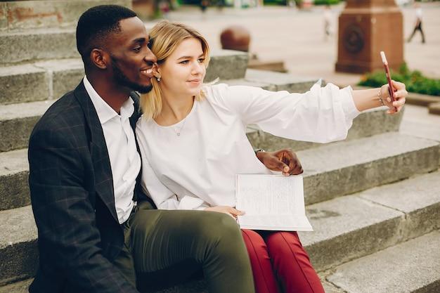 Imprenditrice con partner in una città